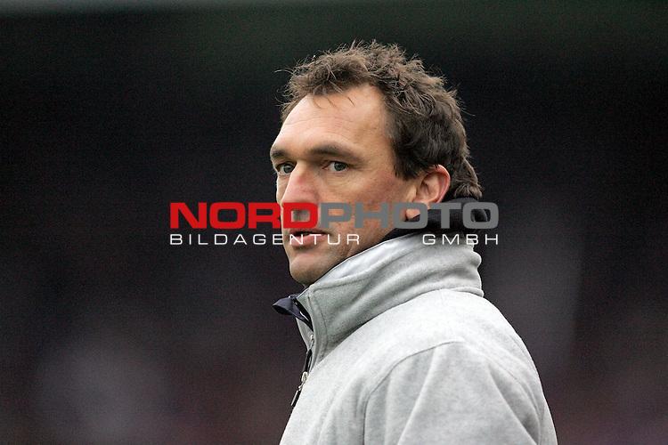 RLN 2006/2007 -  14. Spieltag, Hinrunde, Osnatel-Arena.<br /> <br /> VfL OsnabrŁck - BSV Kickers Emden.<br /> <br /> Trainer Claus-Dieter Wollitz (Osnabrueck) blickt ernst.<br /> <br /> Foto &copy; nordphoto