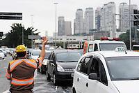 ATENÇÃO EDITOR: FOTO EMBARGADA PARA VEÍCULOS INTERNACIONAIS. - SAO PAULO)11 de dezembro 2012.(Funcionario da CET proximo a Obra do viaduto Presidente Juscelino Kubitschek FOTO: ADRIANO LIMA / BRAZIL PHOTO PRESS).