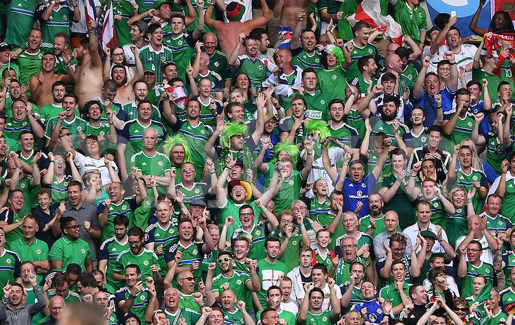 FUSSBALL EURO 2016 GRUPPE C IN PARIS Nordirland - Deutschland     21.06.2016 Fans aus Nordirland sind gut gelaunt