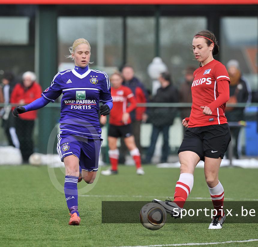 RSC Anderlecht Dames - PSV / FC Eindhoven : Maran van Erp aan de bal voor Stephanie Van Gils.foto David Catry / Vrouwenteam.be