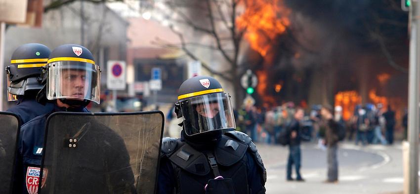 Französische Einsatzkräfte vor brennenden Gebäuden in Straßburg