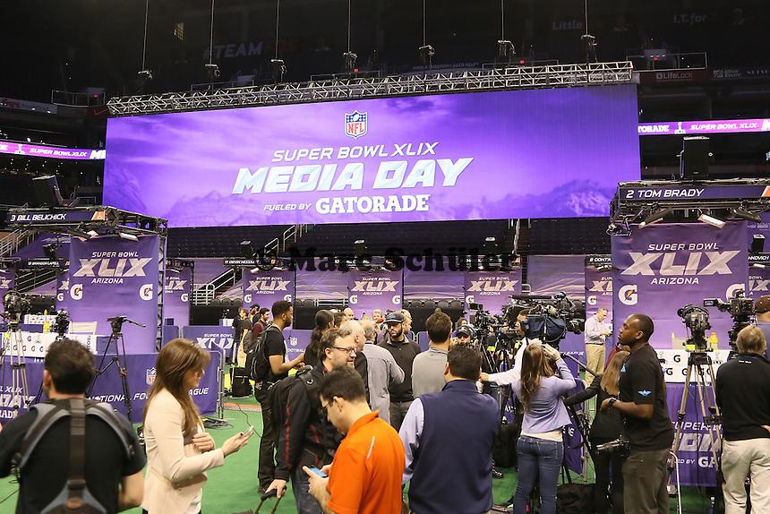 """Ruhe vor dem Sturm beim Media Day des Super Bowl XLIX, während sich die Presse wegen """"Deflategate"""" vor den Ständen von Head Coach Bill Belichick und QB Tom Brady aufbauen  - Super Bowl XLIX Media Day, US Airways Center, Phoenix"""