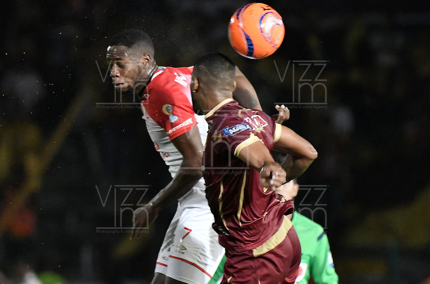 IBAGUÉ -COLOMBIA, 14-12-2016. Gabriel Gomez (Der) jugador de Deportes Tolima disputa el balón con Layvin Balanta (Izq) jugador del Independiente Santa Fe durante partido de ida por la final de la Liga Aguila II 2016 jugado en el estadio Manuel Murillo Toro de la ciudad de Ibagué./ Gabriel Gomez (R) player of  Deportes Tolima vies for the ball with Layvin Balanta (L) player of Independiente Santa Fe during first leg match for the final of the Aguila League II 2016 played at Manuel Murillo Toro stadium in Ibague city. Photo: VizzorImage/ Gabriel Aponte / Staff