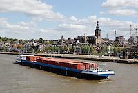 Containerschip op de Waal bij Nijmegen