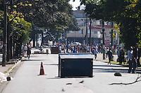 SAO PAULO, SP 10 de julho 2013- Moradores da comunidade que pegou fogo no ultimo domingo (7) fecharam a Av Almirante Delamare com Rua Comandante Tailor, eles nao concorada com o cadastramento feito pela Prefeitura de Sao Paulo .    ADRIANO LIMA / BRAZIL PHOTO PRESS).