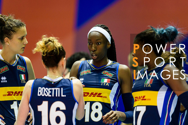 Paola Ogechi Egonu of Italy (C) talks with her teammates during the match between Argentina and Italy on May 30, 2018 in Hong Kong, Hong Kong. Photo by Marcio Rodrigo Machado / Power Sport Images