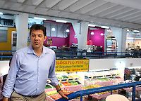 SAO PAULO, SP, 16 DE AGOSTO DE 2012.  CAMPANHA FERNANDO HADDAD. O candidato do PT a prefeitura de Sao Paulo, Fernando Haddad, durante visita ao Mercado Municipal do bairro de Pinheiros na Zona Oeste da Capital Paulista na tarde desta quinta feira. FOTO ADRIANA SPACA - BRAZIL PHOTO PRESS