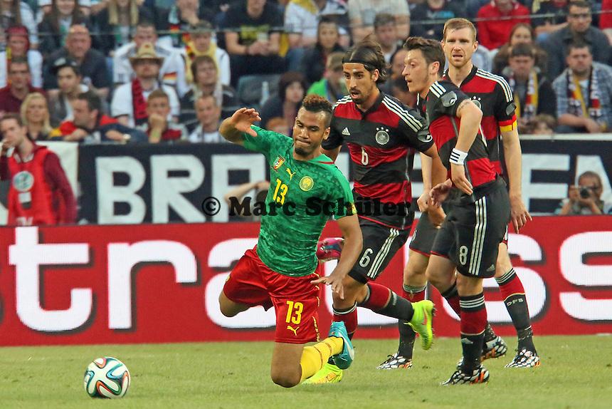 Eric Maxim Choupo-Moting (CAM) fällt im Zweikampf mit Mesut Özil und Sami Khedira (D) - Deutschland vs. Kamerun, Mönchengladbach