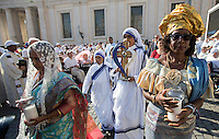 Suore Missionarie della Carita' portano le reliquie di Madre Teresa in Piazza San Pietro in occasione della messa celebrata da Papa Francesco per la sua canonizzazione, Citta' del Vaticano, 4 settembre 2016.<br /> Nun of the Sisters of the Missionaries of Charity carri relics of Mother Teresa in St. Peter's Square during a mass celebrated by Pope Francis for her canonization, at the Vatican, 4 September 2016.<br /> <br /> UPDATE IMAGES PRESS/Riccardo De Luca<br /> STRICTLY ONLY FOR EDITORIAL USE