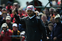 Johan Edfors salutes the crowd after sinking his putt the 9th green during the Final Round of the 3 Irish Open on 17th May 2009 (Photo by Eoin Clarke/GOLFFILE)