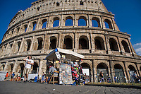 Venditori ambulanti davanti al Colosseo.<br /> Street vendors in front of the Coloseum