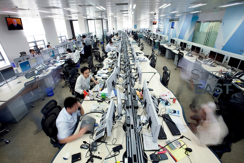 Traders work in the trading room of Standard Chartered Bank in Shanghai, China, on September 25, 2008. Photo by Servais Mont/Pictobank