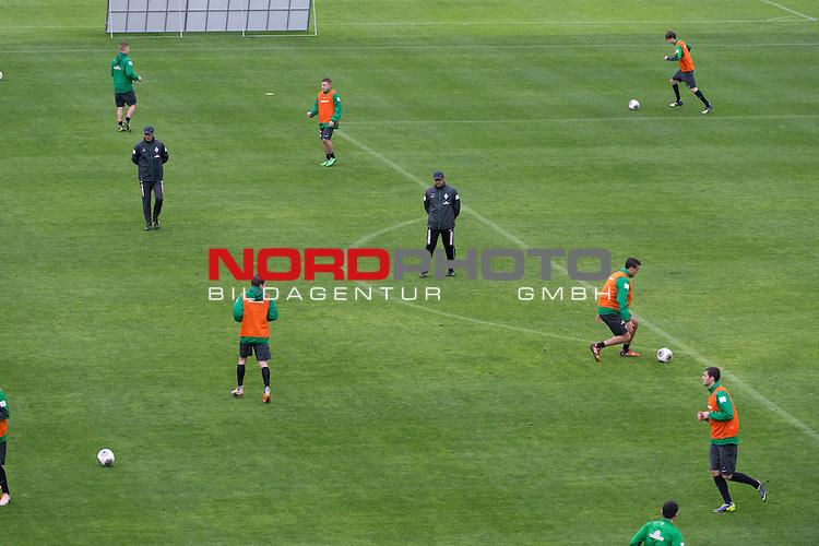 Trainingsgel&auml;nde, Jerez, ESP, 1.FBL, Trainingslager Werder Bremen 2014,  13.01.2014, <br /> <br /> Taktiktraining im Reggen  <br /> Robin Dutt (Trainer Werder Bremen)<br /> <br /> <br /> <br /> Foto &copy; nordphoto/ Kokenge