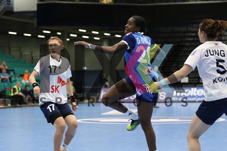 Kolding (DK), 07.12.15, Sport, Handball, 22th Women's Handball World Championship, Vorrunde, Gruppe C, S&uuml;d Korea-Frankreich : Gnonsiane Niombla (Frankreich, #29), Sim Haein (S&uuml;d Korea, #17)<br /> <br /> Foto &copy; PIX-Sportfotos *** Foto ist honorarpflichtig! *** Auf Anfrage in hoeherer Qualitaet/Aufloesung. Belegexemplar erbeten. Veroeffentlichung ausschliesslich fuer journalistisch-publizistische Zwecke. For editorial use only.