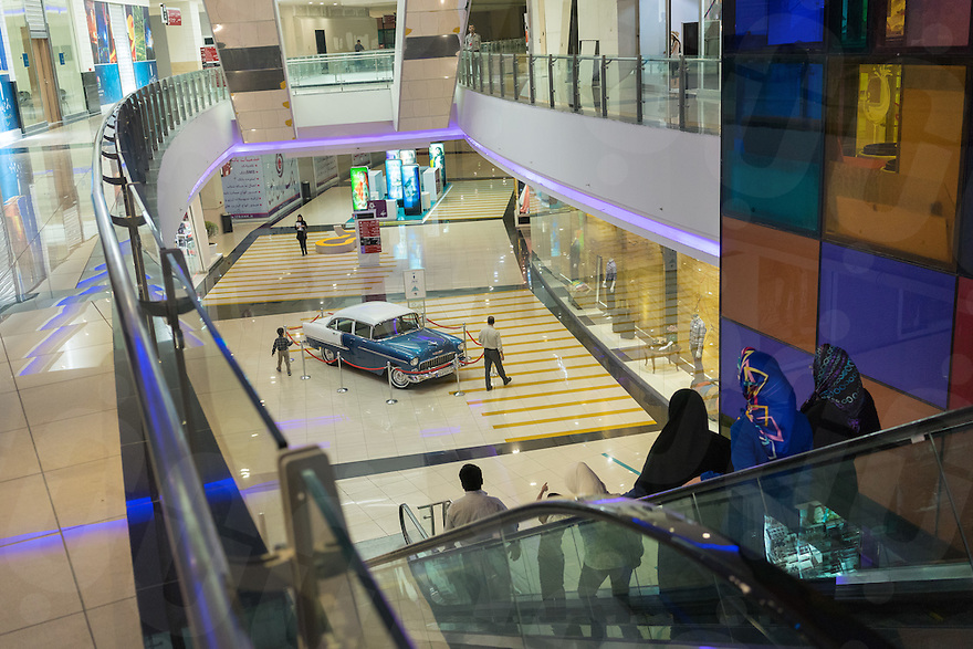 June 19, 2014 - Isfahan, Iran. People shopping at the Isfahan City Center Mall, one of the biggest in the country. © Thomas Cristofoletti / Ruom