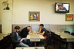 Foto: Gerrit de Heus. Den Haag. 06-11-2015. De Schiedamse band 'De Dood' treedt op in het Paardcafé in Den Haag. Voor het optreden eten de leden van de band een Surinaams broodje. VLNR: Joost Broeren, Vincent Niks en Tim van Dorp.