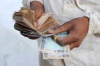 INDIA Madhya Pradesh, indian rupee, trader pay cotton farmer for his harvest / INDIEN, indische Rupien , Haendler kauft Baumwolle von einem Bauern und bezahlt cash