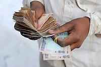 INDIA Madhya Pradesh, indian rupee, trader pay cotton farmer for his harvest / INDIEN, indische Rupien , Haendler kauft Baumwolle von einem Bauern und bezahlt cash