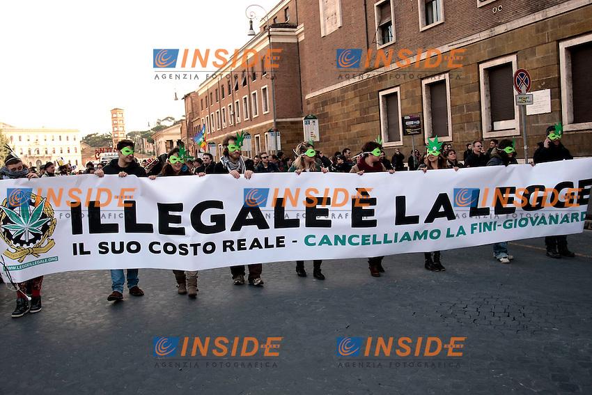 striscione illegale e' la legge<br /> Roma 08-02-2014 Manifestazione antiproibizionista Marjuana march.<br /> Photo Samantha Zucchi Insidefoto