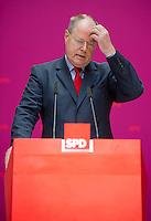 Berlin, Der SPD-Kanzlerkandidat Peer Steinbrück kratzt sich am Montag (13.05.13) in der Parteizentrale im Willy-Brandt-Haus bei einer Pressekonferenz zur Vorstellung der Mitgliedern seines Kompetenzteams am Kopf. Foto: Steffi Loos/CommonLens