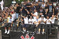 ATENCAO EDITOR IMAGEM EMBARGADA PARA VEICULOS INTERNACIONAIS -  SAO PAULO, SP, 18 DEZEMBRO 2012 - CORINTHIANS CAMPEÃO MUNDIAL - Torcedores do Corinthians comemoram juntos ao jogadores na tarde desta terça-feira(28) na Praça de Bagatelle o titulo de Campeão Mundial conquistado no ultimo domingo (16) no Japão.(FOTO: AMAURI NEHN / BRAZIL PHOTO PRESS).