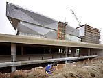 NIEUWEGEIN - In Nieuwegein wordt de bouwkuip afgebouwd van de door Züblin Nederland gebouwde parkeergarage voor het door Bouwcombinatie Stadshuis Nieuwegein gebouwde gemeentehuis. De ondergrondse parkeergarage moet volgens opdrachtgever de gemeente Nieuwegein een prachtige entree tot het vernieuwde stadshart worden, waar niet alleen een opvallende door het Deense 3XN ontworpen gemeentehuis komt, maar ook een glazen Theatercomplex, en diverse woontorens. De parkeergarage die ontworpen is door KCAP Architects & Planners uit Rotterdam gaat ruimte bieden aan 650 parkeerplaatsen, bouwcombinatie Stadshuis Nieuwegein bestaat uit BAM Utiliteitsbouw en Ballast Nedam. COPYRIGHT TON BORSBOOM