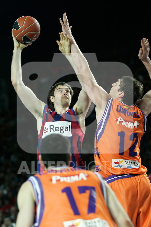 FC Barcelona's Erazem Lorbek (l) and Velencia Basket's Serhiy Lishchuk during Spanish Basketball King's Cup match.(ALTERPHOTOS/Acero)