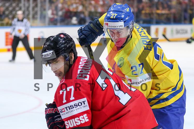 Schwedens Ericsson, Jimmie (Nr.27) im Zweikampf mit Schweizs Grossmann, Robin (Nr.77)  im Spiel IIHF WC15 Schweiz vs. Schweden.<br /> <br /> Foto &copy; P-I-X.org *** Foto ist honorarpflichtig! *** Auf Anfrage in hoeherer Qualitaet/Aufloesung. Belegexemplar erbeten. Veroeffentlichung ausschliesslich fuer journalistisch-publizistische Zwecke. For editorial use only.