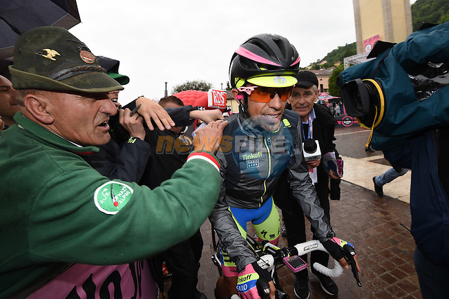 A well wrapped up race leader Alberto Contador (ESP) Tinkoff-Saxo heads to the start of a very wet Stage 13 of the 98th Giro d'Italia 2015 running 147km from Montecchio Maggiore to Jesolo. 22nd May 2015. <br /> Photo: ANSA/Daniel Dal Zennaro/www.newsfile.ie