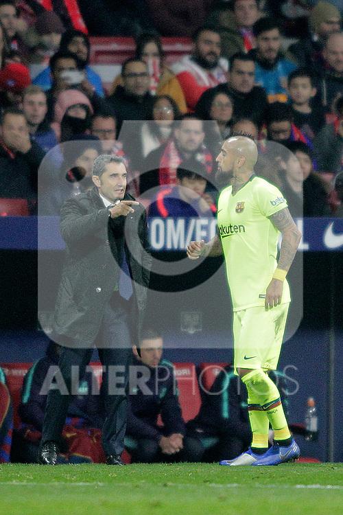 Futbol Club Barcelona's coach Ernesto Valverde (L) and Arturo Vidal during La Liga match. November 24,2018. (ALTERPHOTOS/Alconada)