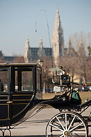 Europe/Autriche/Niederösterreich/Vienne: Fiacre sur Helden Platz en fond le New Rathaus