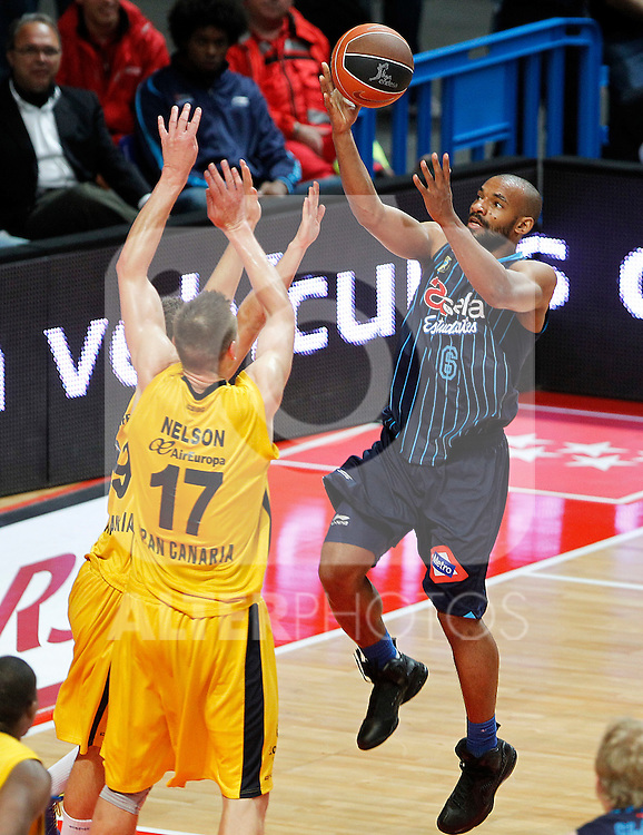 Asefa Estudiantes' Willie Deane (r) and Gran Canaria 2014's Nelson Spencer during Liga Endesa ACB match.April 15,2012. (ALTERPHOTOS/Acero)