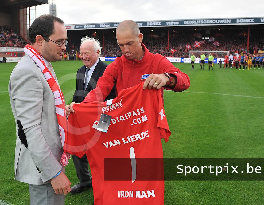 KV Kortrijk - Club Brugge KV : Iron Man Frederik Van Lierde (rechts) met Kortrijk burgemeester Vincent Van Quickenborne<br /> foto VDB / Bart Vandenbroucke