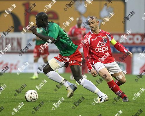 2009-04-04 / Voetbal / R. Antwerp FC - KV Oostende / Sankaré Khalifa schudt Darko Pivaljevic van Antwerp af..Foto: Maarten Straetemans (SMB)