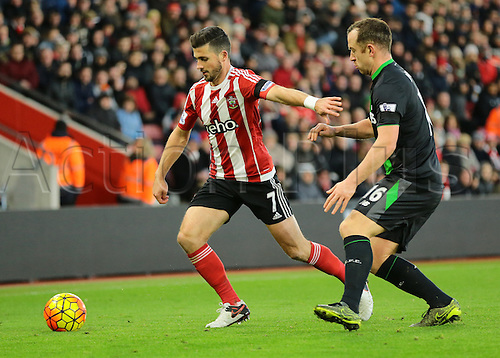 21.11.2015. St Marys Stadium, Southampton, England. Barclays Premier League. Southampton versus Stoke City. Shane Long of Southampton feels the pessure from Stoke City Midfielder Charlie Adam