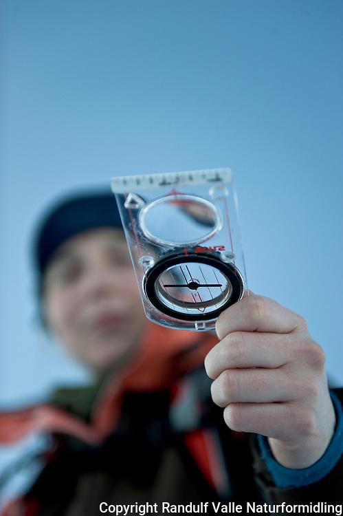 Dame holder kompass. ---- Woman holding compass.