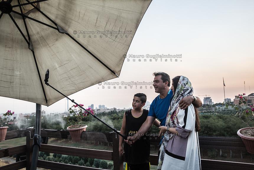 gruppo di famiglia al tramonto al golf club di Teheran fa un selfie<br /> Family group at the Golf Club in Teheran taking a selfie