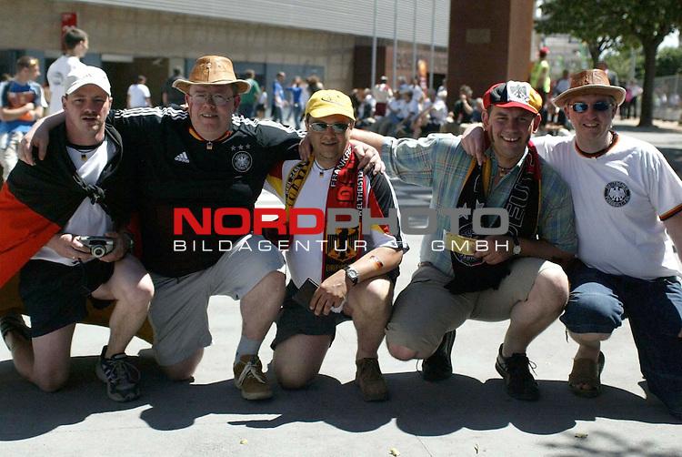 Europameisterschaft 2004 Portugal<br /> <br /> Lettland - Deutschland <br /> <br /> Fans vor dem Spiel<br /> <br /> Foto &copy; nordphoto<br /> <br /> <br /> <br /> Gemaess Auflage der UEFA duerfen saemtliche Bilder von der EURO 2004 nicht fuer MMS Dienste oder sonstige Dienste via Mobiltelefon oder mit PDAs genutzt werden.<br /> <br /> <br /> <br /> <br /> <br />  *** Local Caption *** Foto ist honorarpflichtig! zzgl. gesetzl. MwSt.<br /> <br />  Belegexemplar erforderlich<br /> <br /> Adresse: nordphoto<br /> <br /> Georg-Reinke-Strasse 1<br /> <br /> 49377 Vechta<br /> <br /> Telefon: 04441-89400 / Fax: 04441-894022
