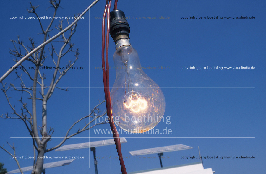 INDIA, Karnataka, illuminated bulb with power from solar panels at farm near Bangalore / INDIEN brennende Gluehlampe, Stromerzeugung mit Solarzellen zur autarken Energieversorgung auf einem Bauernhof bei Bangalore
