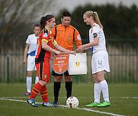 Women U15 : Belgian Red Flames - Nederland :<br /> <br /> uitwisseling van de fanions tussen Demi Maris (L) en Frederique Nieuwland (R)<br /> <br /> foto Dirk Vuylsteke / Nikonpro.be