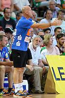 Trainer Magnus Andersson (FAG) gibt Anweisungen vor der Bank, Seitenlinine