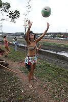SAO PAULO, SP, 22.09.2013 - PRAIA NO TIETE - SOS MATA ATLATICA - Ativistas da Fundacao SOS Mata Atlantica realiza ato que simboliza uma Praia no Rio Tiete na altura da Ponte da Bandeiras em São Paulo tarde deste domingo, 22. (Foto: Vanessa Carvalho / Brazil Photo Press).
