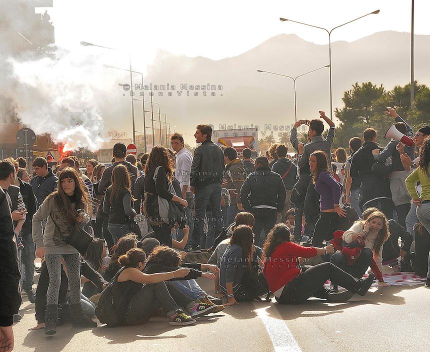 Il 30 novembre momento di picco della protesta degli studenti a Palermo: gli studenti occupano la circonvallazione.<br /> During the protest in Palermo against the government reform of public school and university, the students block the traffic.