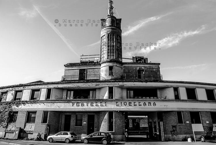 Milano, quartiere Bovisa, periferia nord. La vecchia fabbrica Cristallerie Livellara, in disuso, forse realizzata su disegni dell'architetto futurista Antonio Sant'Elia --- Milan, Bovisa district, north periphery. Old disused glassware factory Livellara