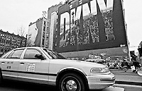 Taxis Broadway Ecke East Houston Street.<br /> Als Wandgemaelde Werbung der Modemacherin Donna Karan, DKNY.<br /> New York City, 28.12.1998<br /> Copyright: Christian Ditsch/version-foto.de