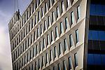 DEN HAAG - In de Haagse wijk Escamp werkt BAM Utiliteitsbouw regio Rotterdam aan een nieuw opvallende vormgegeven gemeentelijk stadskantoor. Het door Rudy Uytenhaak Architectenbureau ontworpen gebouw wordt met zijn zeventien verdiepingen 75 meter hoog en gaat ruimte bieden aan 49 appartementen, een stadsdeelkantoor, een bibliotheek, en ondermeer een parkeergarage met 180 parkeerplaatsen. Het witte gebouw krijgt de vorm van een grote driehoek, krijgt op de eerste verdieping een trouwzaal, biedt tot de 9e verdieping ruimte aan 1200 medewerkers, kost ruim 84 miljoen euro, en krijgt een totaal vloer oppervlak van ruim 35 duizend vierkante meter. Het gebouw moet in het tweede kwartaal van 2011 klaar zijn. COPYRIGHT TON BORSBOOM