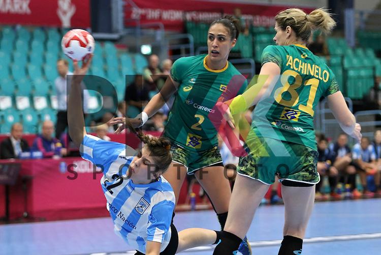 Kolding (DK), 010.12.15, Sport, Handball, 22th Women's Handball World Championship, Vorrunde, Gruppe C, Argentinien-Brasilien : Elke Karsten (Argentinien, #22), Fabiana Carvalho Diniz (Braslien, #02), Deonise Cavaleiro (Brasilien, #81)<br /> <br /> Foto &copy; PIX-Sportfotos *** Foto ist honorarpflichtig! *** Auf Anfrage in hoeherer Qualitaet/Aufloesung. Belegexemplar erbeten. Veroeffentlichung ausschliesslich fuer journalistisch-publizistische Zwecke. For editorial use only.