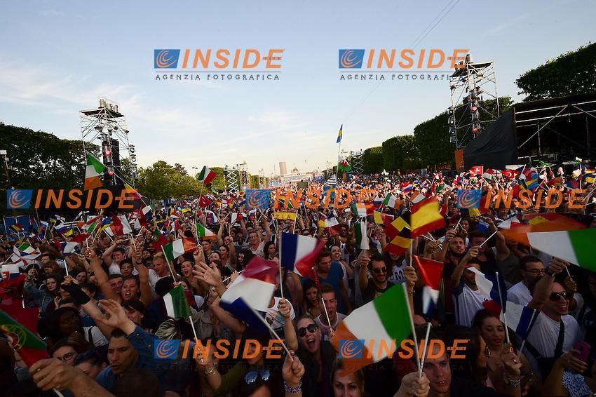 ambiance fan - spectateurs - Fanzone <br /> Parigi 09-06-2016 Champ de Mars <br /> Concerto apertura Campionati di Calcio Francia Euro 2016 <br /> Foto Panoramic / Insidefoto