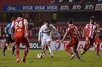 SÃO PAULO, SP, 26 DE SETEMBRO DE 2013 - COPA SUL-AMERICANA - SÃO PAULO x UNIVERSIDAD CATÓLICA: Aloísio (c) durante São Paulo x Universidad Católica, partida válida pelas oitavas de final da Copa Sul-Americana, disputada no estádio do Morumbi em São Paulo. FOTO: LEVI BIANCO - BRAZIL PHOTO PRESS.