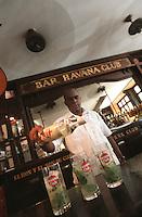 """Cuba/La Havane: Préparation du """"Mojito"""" coktail à base de rhum, citron vert, eau gazeuse et menthe au bar du Havana Club """"Museo de ron"""" Musée du rhum Calle San Pedro"""